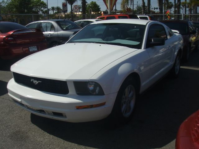 2005 FORD MUSTANG white new arrival   excellent running sporty  2005 ford mustang  fuel efficie